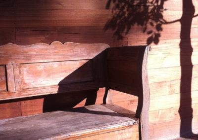 Detail houten bankje met schaduw