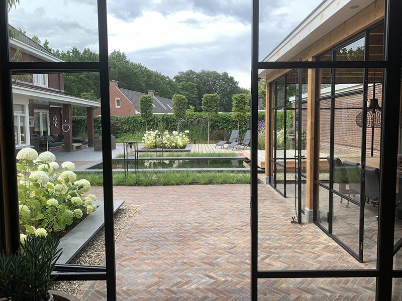 Moderne tuin met vijver en terrassen