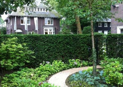 Rond tuinpad door groene beplanting