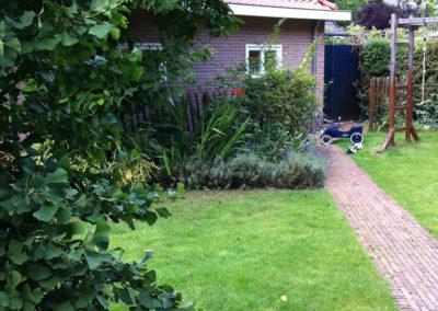 Tuinpaadje naar tuinhuis