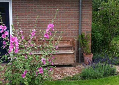 Tuinschuurtje met bloeinede bloemen